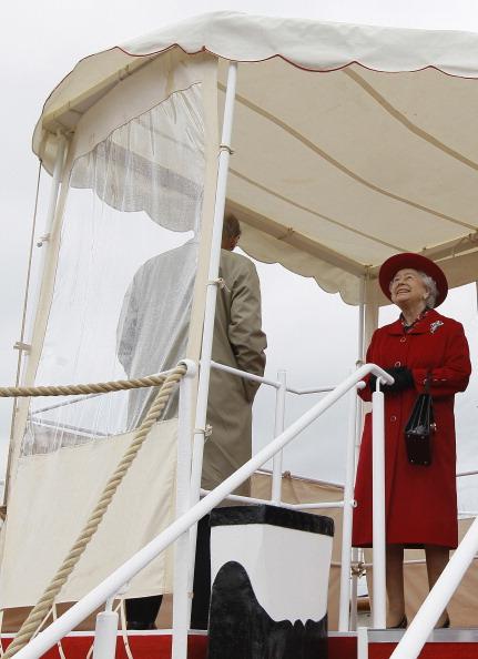 Елизавета II и принц Фелипп ходят по палубе во время визита в «Катти Сарк». Фоторепортаж. Фото: Jamie Wiseman/WPA Pool/Getty Images
