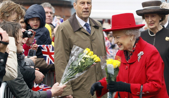 Елизавета II встречает представителей общественности во время визита в «Катти Сарк». Фоторепортаж. Фото: Jamie Wiseman/WPA Pool/Getty Images