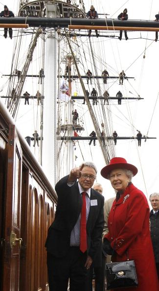 Елизавета II говорит на палубе с Ричардом Доти, директором «Катти Сарк». Фоторепортаж. Фото: Jamie Wiseman/WPA Pool/Getty Images