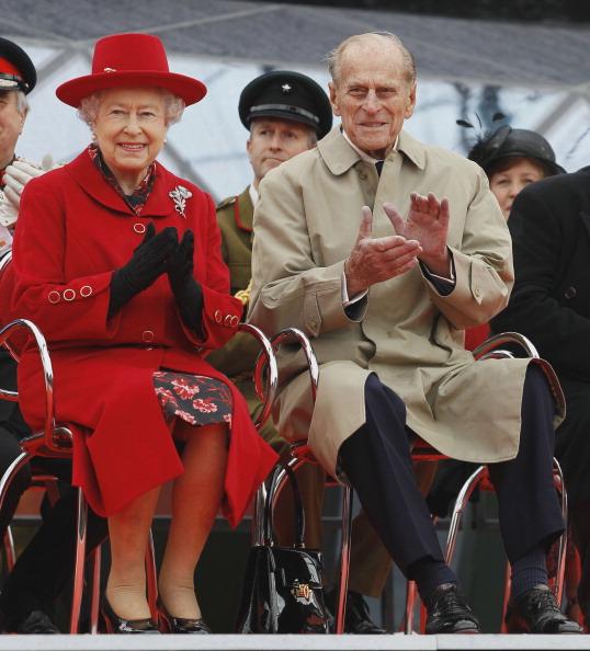 Елизавета II и принц Фелипп наблюдают презентацию во время визита в «Катти Сарк». Фоторепортаж. Фото: Jamie Wiseman/WPA Pool/Getty Images