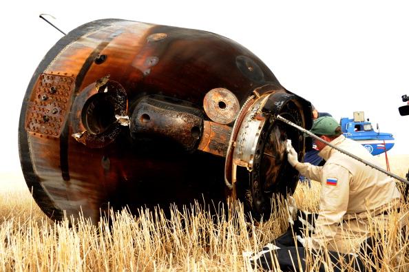 Проверка капсулы Союз ТМА-22, после её посадки. Фоторепортаж. Фото: KIRILL KUDRYAVTSEV/AFP/GettyImages