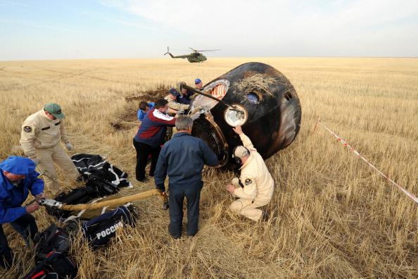 Капсула Союз ТМА-22 успешно открыта. Фоторепортаж. Фото: KIRILL KUDRYAVTSEV/AFP/GettyImages