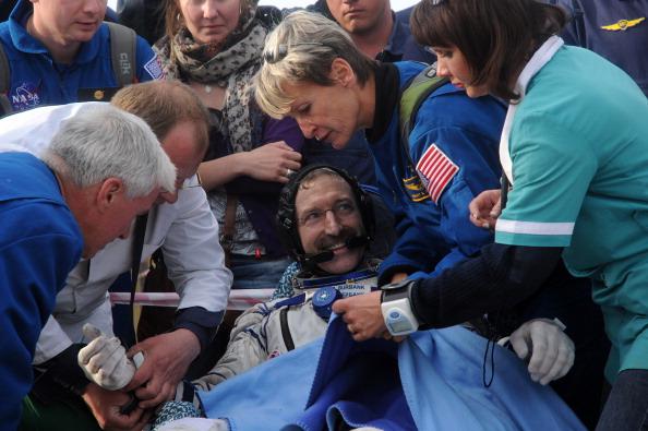 Дэн Бербанк, американский астронавт, вскоре после посадки. Фоторепортаж. Фото: KIRILL KUDRYAVTSEV/AFP/GettyImages