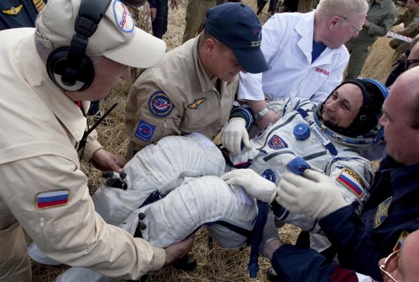 Антон Шкаплеров, русский космонавт, вскоре после посадки. Фоторепортаж. Фото: KIRILL KUDRYAVTSEV/AFP/GettyImages