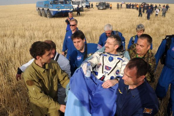 Дэн Бербанк вскоре после посадки. Фоторепортаж. Фото: KIRILL KUDRYAVTSEV/AFP/GettyImages