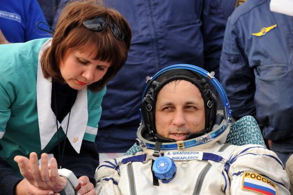 Антон Шкаплеров, русский космонавт, проходит медицинский осмотр после выхода из капсулы Союз ТМА-22 в Казахстане. Фоторепортаж. Фото: KIRILL KUDRYAVTSEV/AFP/GettyImages