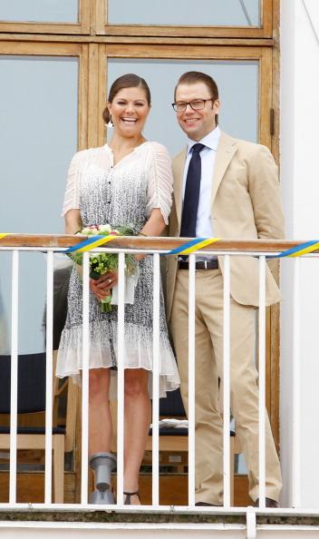 Фоторепортаж о принцессе Швеции Виктории  с супругом князем Даниэлем, посадивших липу. Фото:Christopher Hunt/WireImage