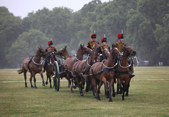 Фоторепортаж о салюте конной артиллерии в честь 90-летия герцога Эдинбургского. Фото: Peter Macdiarmid/Getty Images