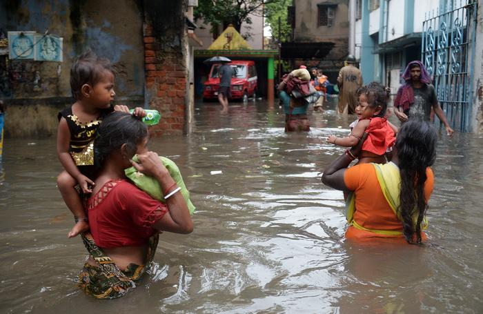 Проливные дожди вызвали наводнения в восточной Индии. Фото: DIBYANGSHU SARKAR/AFP/Getty Images