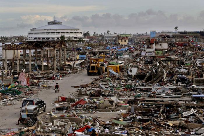 Для участия в ликвидации последствий действия тайфуна «Хайян» администрация США направляет на Филиппины ещё три десантно-транспортных корабля. Фото: Kevin Frayer/Getty Images
