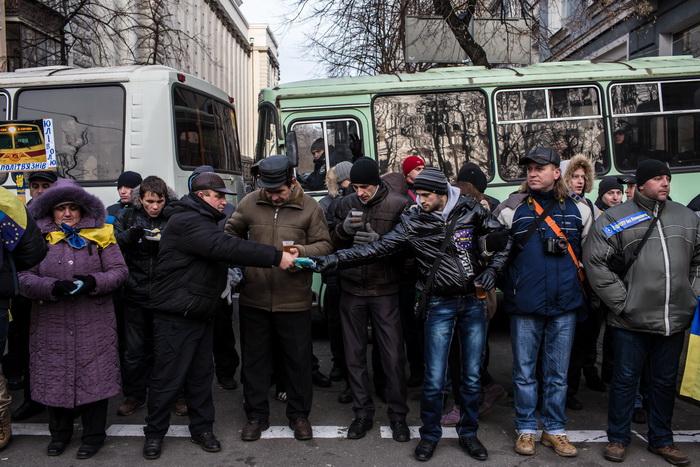 Автомобилисты Киева заблокировали базу «Беркута». Фото: Brendan Hoffman/Getty Images
