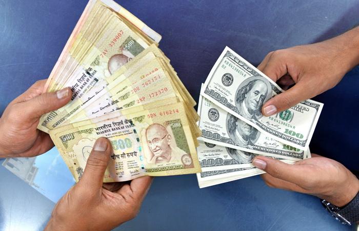 Курс валюты Индии колеблется из-за ситуации на Ближнем Востоке. Фото: Manjunath Kiran/AFP/Getty Images