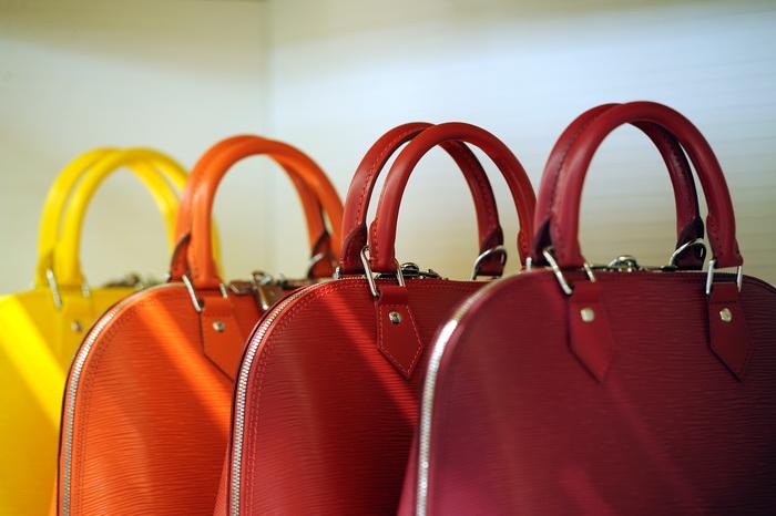 Женская сумочка — самостоятельный аксессуар. Фото: GABRIEL BOUYS/AFP/Getty Images