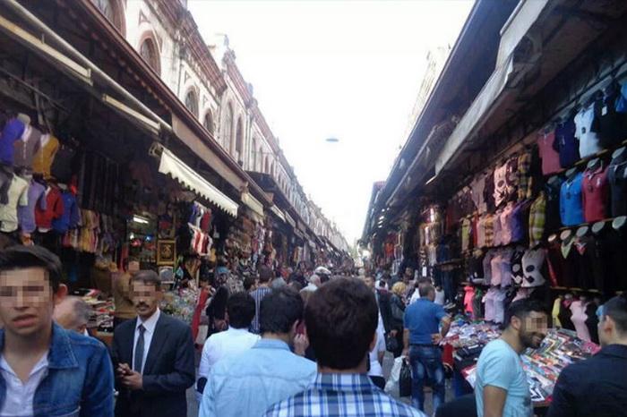 Объект, летающий над рынком в Турции. Фото: MUFON