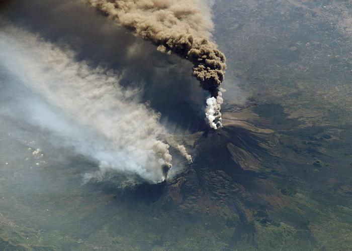 Извержение вулкана Этна на Сицилии. Фото: NASA