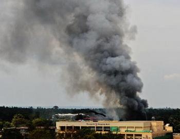 Дым поднимается над захваченным террористами торговым центром в Найроби, 23 сентября 2013 года. Серия мощных взрывов прогремела в ТЦ в Найроби. Фото: CARL DE SOUZA/AFP/Getty Images