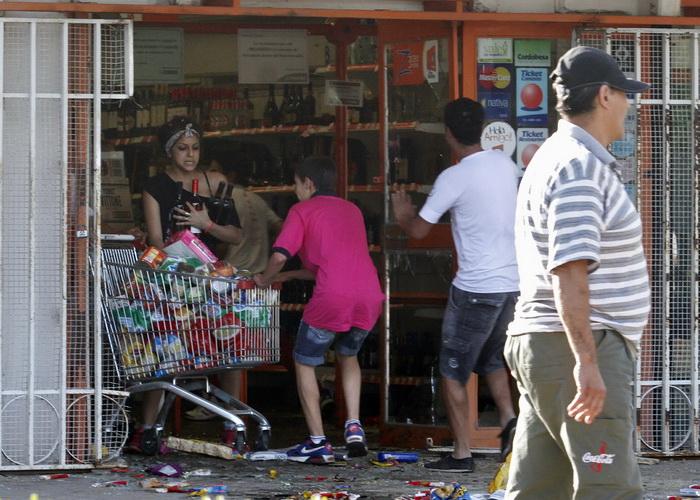 Разграблены сотни магазинов и около 50 супермаркетов в городе Кордова, население которого насчитывает более чем 1,3 миллиона жителей. В среду, 4 декабря, грабежи распространились на окрестности. Фото: STR/AFP/Getty Images