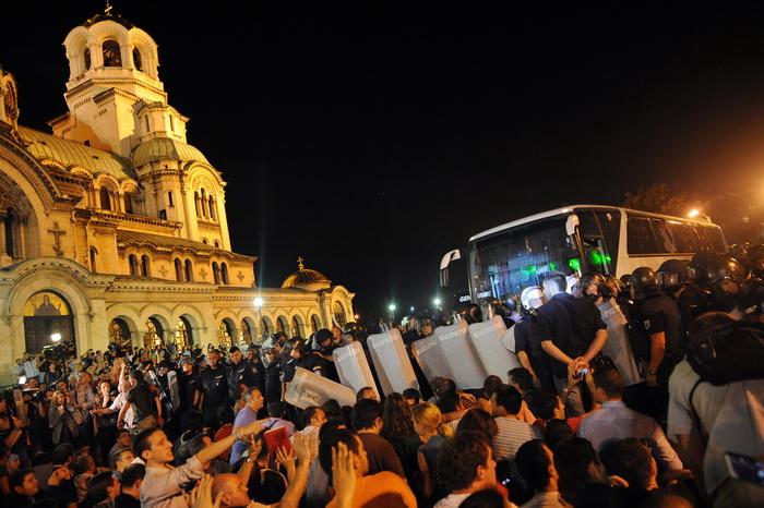 Во вторник, 22 июля, несколько сот участников антиправительственной акции заблокировали выход из здания Народного собрания (парламента) Болгарии. Фото: DIMITAR DILKOFF/AFP/Getty Images