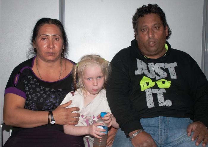 Девочка Мария и цыганская семейная пара. Фото: Hellenic Police via Getty Images