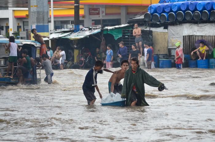 Сильное наводнение затопило филиппинскую столицу Манилу. Фото: Dondi Tawatao/Getty Images