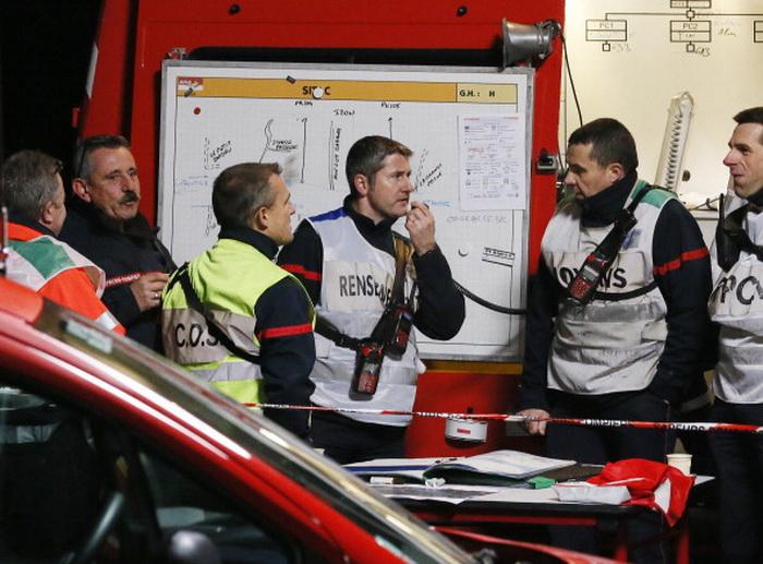 На месте трагедии работают полицейские и эксперты, выясняющие причину и подробности аварии. Фото: PATRICK BERNARD/AFP/Getty Images