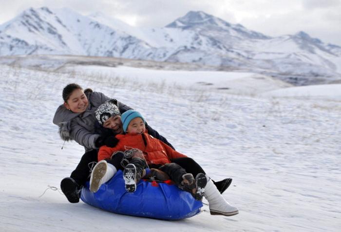 Катание с гор на надувных подушках небезопасно. Фото: VYACHESLAV OSELEDKO/AFP/Getty Images