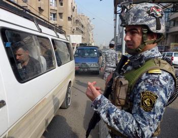 Иракский военослужщий на контрольно-пропускном пункте в центре Багдада 27 ноября 2013 года. В Ираке похитили и убили 18 человек. Фото: SABAH ARAR/AFP/Getty Images