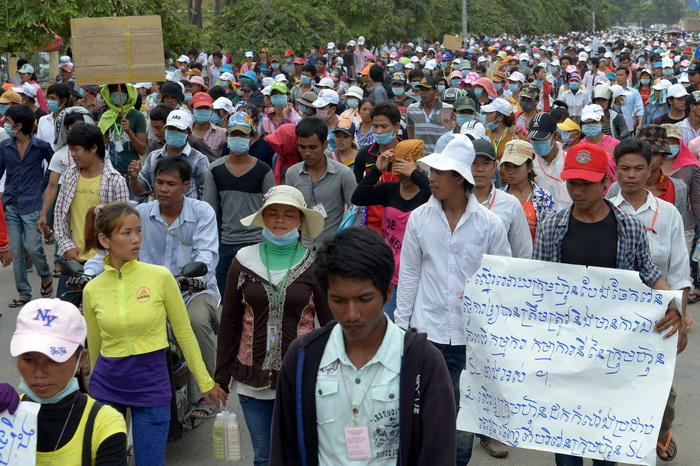 Акции протеста текстильщиков прошли в Камбодже, есть пострадавшие. Фото: TANG CHHIN SOTHY/AFP/Getty Images