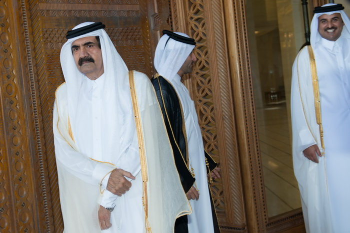 Шейх Хамад бен Халифа аль Тани (слева) и его сын шейх Тамим бин Хамаду Аль Тани (справа). Фото: BERTRAND LANGLOIS/AFP/Getty Images