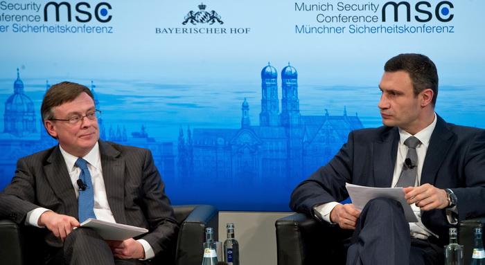 На конференции по безопасности в Мюнхене министр иностранных дел Украины Леонид Кожара встретился для переговоров с лидером украинской оппозиции Виталием Кличко. Фото: Joerg Koch/Getty Images