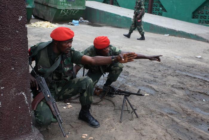 В результате штурма базы Мукунгубилы солдатами конголезской армии в восточной части Конго в Лубумбаши заложники были освобождены. Фото: STR/AFP/Getty Images