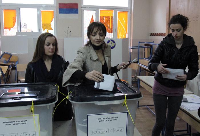 В северной части Косова, в городе Митровица, повторные муниципальные выборы прошли спокойно в воскресенье, 17 ноября. Фото: SASA DJORDJEVIC/AFP/Getty Images