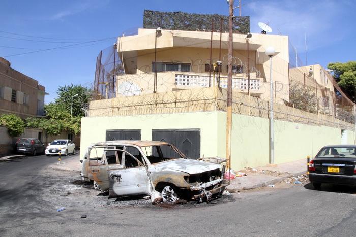 Автомобиль, который был взорван вооружёнными ливийскими боевиками в ходе нападения на здание посольства России в Триполи 3 октября 2013 года. Десятки разгневанных людей попытались взять штурмом посольство РФ в Триполи после сообщений о том, что русская женщина убила ливийского офицера. Фото: MAHMUD TURKIA/AFP/Getty Images