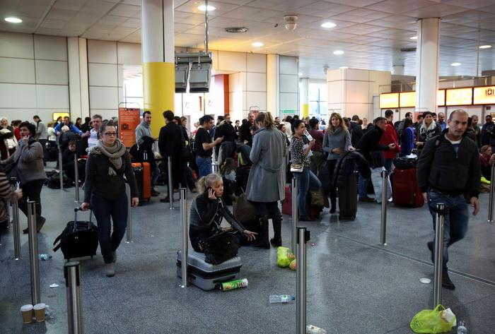 Аэропорт Гатвик, Лондон, Великобритания. Поезда опаздывают или отменены, многие авиарейсы отложены. Фото: Oli Scarff/Getty Images