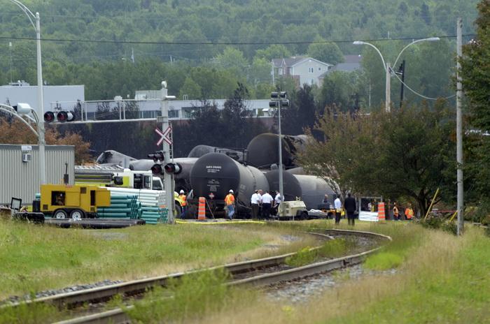 В Канаде с рельс сошёл поезд со спиртом и нефтью. Фото: STEEVE DUGUAY/AFP/Getty Images