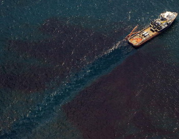 Огромное нефтяное пятно покрыло залив Манилы. Фото: SAUL LOEB/AFP/Getty Images
