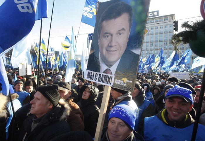Митинг сторонников политики президента Украины Виктора Януковича организовала партия власти «Партия регионов» в субботу, 14 декабря, на Европейской площади. Фото: YURY KIRNICHNY/AFP/Getty Images