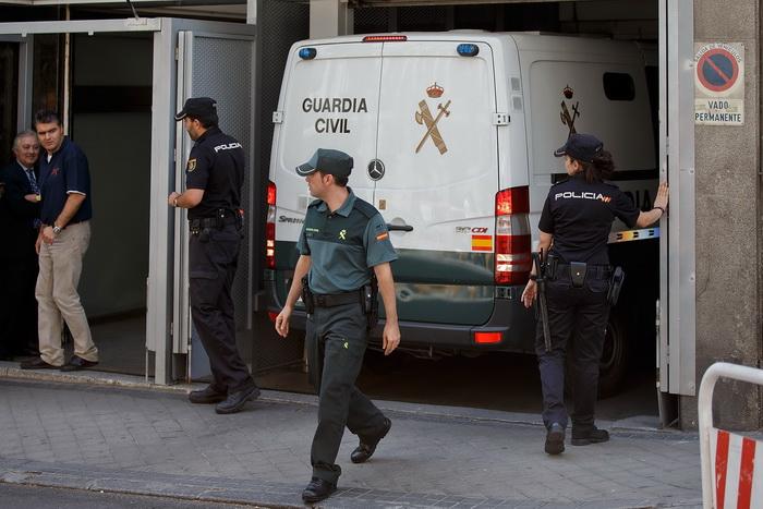 Мадрид, Испания. Полицейский фургон с осуждёнными. Более 50 чиновников, юристов и бизнесменов осуждены за финансовые хищения в крупных размерах, взятки, растраты общественных средств, отмывание денег и прочее. Фото: Gonzalo Arroyo Moreno/Getty Images)