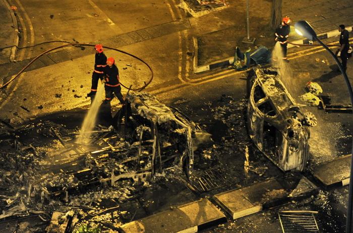8 декабря, в Сингапуре около 400 человек вели уличные бои с силами безопасности и подожгли несколько автомобилей. Беспорядки были спровоцированы смертью 33-летнего индийского мигранта, который был сбит автобусом. Фото: ROSLAN RAHMAN/AFP/Getty Images
