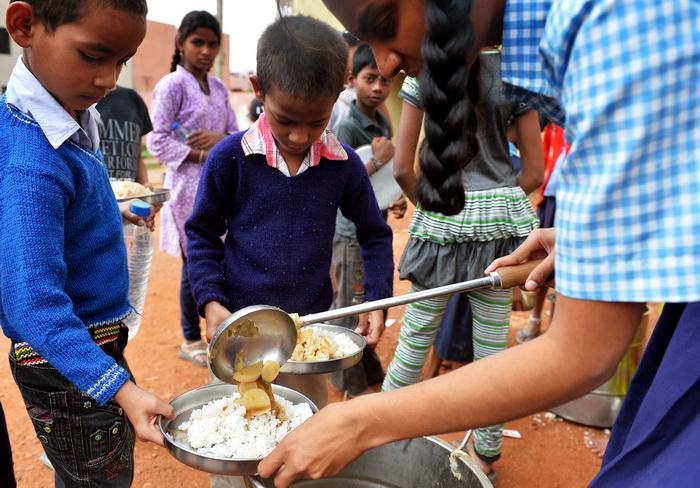 В школьных столовых Индии будут дегустировать еду. Фото: Manjunath Kiran/AFP/Getty Images