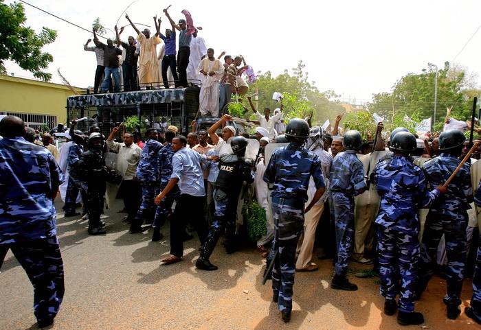 Правозащитники разных стран считают, что полиция Южного Судана намеренно расстреливала демонстрантов. Как уже сообщалось, в южном Судане на днях начались массовые антиправительственные выступления. Фото: ASHRAF SHAZLY/AFP/GettyImages