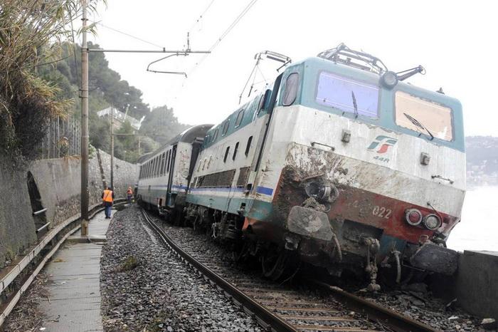 Междугородний поезд сошёл с рельс в Лигурии в пятницу, 17 января, и чуть не упал в море. Фото: blick.ch