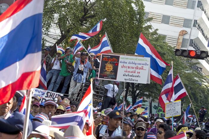 Бангкок, Таиланд. Демонстранты вновь требуют отставки премьер-министра и правительства, а также переноса парламентских выборов на более поздний срок (они намечены на 2 февраля). В столице продолжается блокирование работы госучреждений. Фото: PORNCHAI KITTIWONGSAKUL/AFP/Getty Images