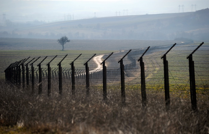 Болгарию отгородят от Турции 3-метровым забором из колючей проволоки. Фото: DIMITAR DILKOFF/AFP/Getty Images