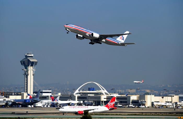 Авиакомпании США разрешили пользоваться электронными устройствами в полёте. Фото: Kevork Djansezian/Getty Images