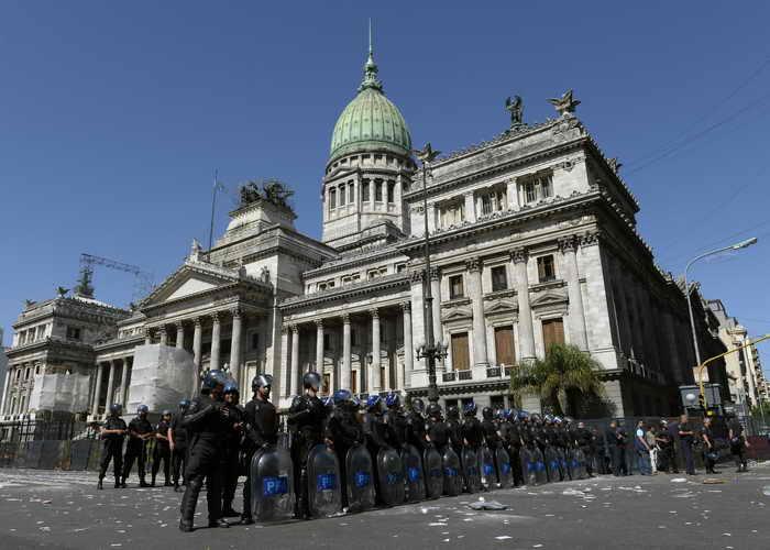 Полиция охраняет здание аргентинского Конгресса во время избрания нового ректора Университета Буэнос-Айреса во время студенческой демонстрации. Фото: JUAN MABROMATA/AFP/Getty Images