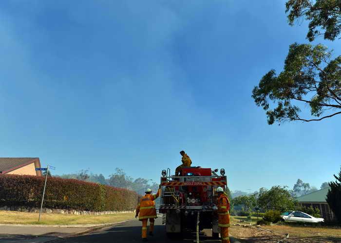 Жаркая и ветреная погода в Австралии сохраняет опасность пожаров. Пожарные делают всё, чтобы предотвратить распространение огня в лесу и сельскохозяйственных угодьях. Фото: SAEED KHAN/AFP/Getty Images