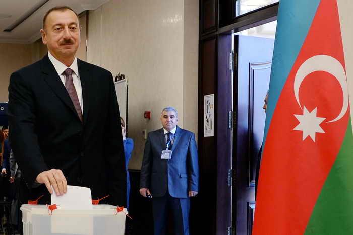 Выборы главы государства в Азербайджане были свободными и демократичными — так заявили 10 октября члены миссии наблюдателей из стран СНГ. Фото: STR/AFP/Getty Images