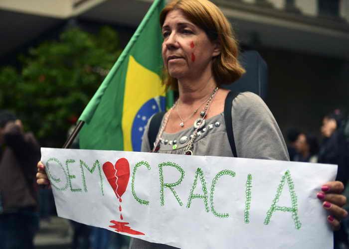 Полиция применила слезоточивый газ в ходе протеста учителей в Бразилии. Протестующая учителница против избиения демонстрантов. Фото: CHRISTOPHE SIMON/AFP/Getty Images
