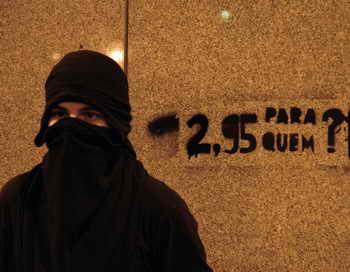 В Сан-Паулу анархисты, протестующие против увеличения стоимости билетов на общественный транспорт, устроили на автовокзале погром. Фото: TASSO MARCELO/AFP/Getty Images